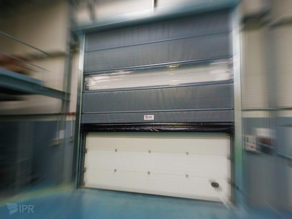 Porta Rápida IPR Run aplicada em paralelo com porta seccionada.